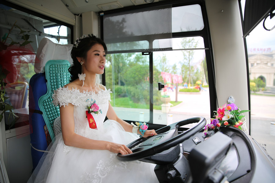 Qingdao bride drives bus to wedding
