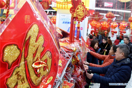 People select decorations for Spring Festival in Qingdao