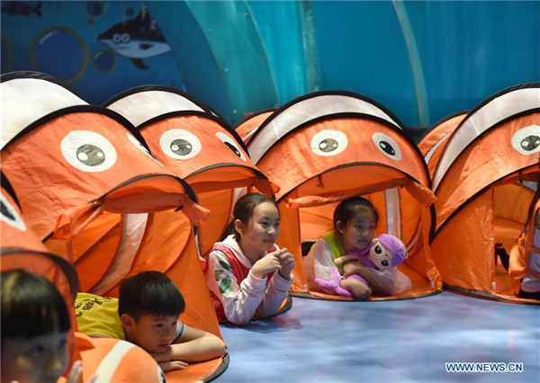 All night camp makes children closer to marine animals in Qingdao